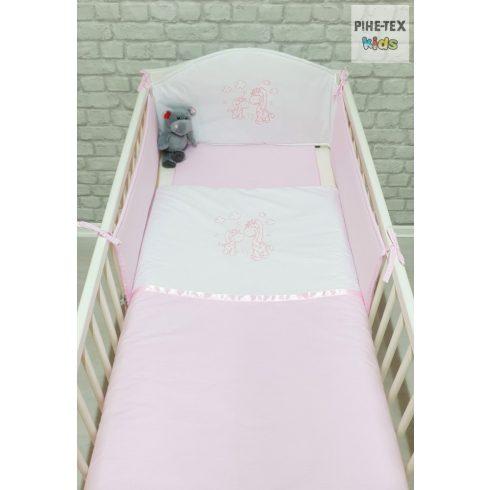 Rózsaszín, hímzett zsiráf család 3 részes babaágynemű szett (99)